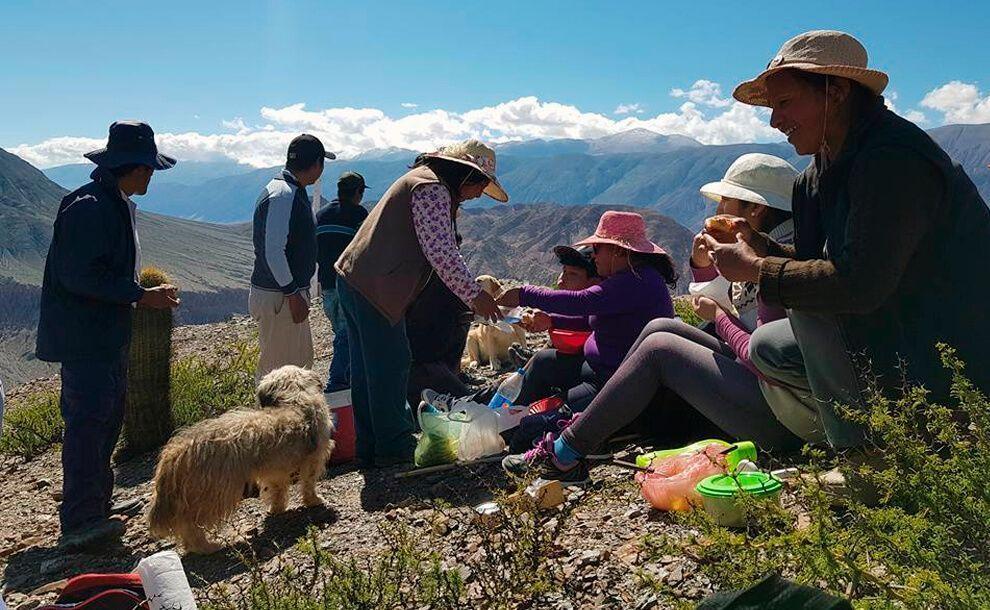 personas comiendo en cerro