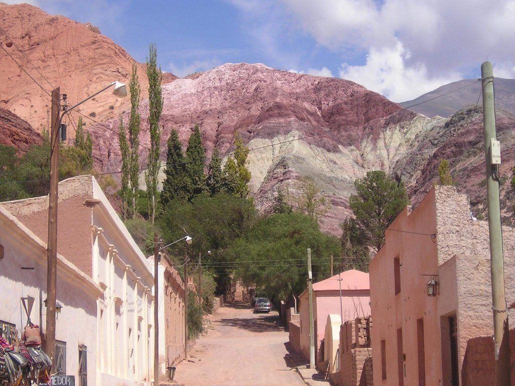 cerro de los 7 colores desde el pueblo
